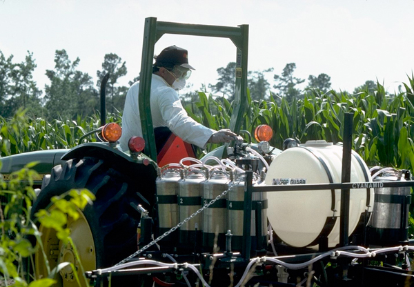 farmworker-pesticide-application