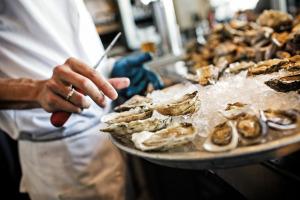 Shucking-Oysters.-Hog-Island-Oyster-Bar-San-Francisco.-Ed-Anderson-Photo
