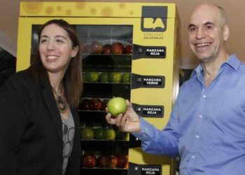 María Eugenia Vidal, current Deputy Mayor of Buenos Aires and  City Cabinet Chief Horacio Rodríguez Larreta show off a A fruit vending machine. Photo courtesy of the City of Buenos Aires.