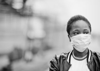 black woman wearing a mask during the coronavirus pandemic