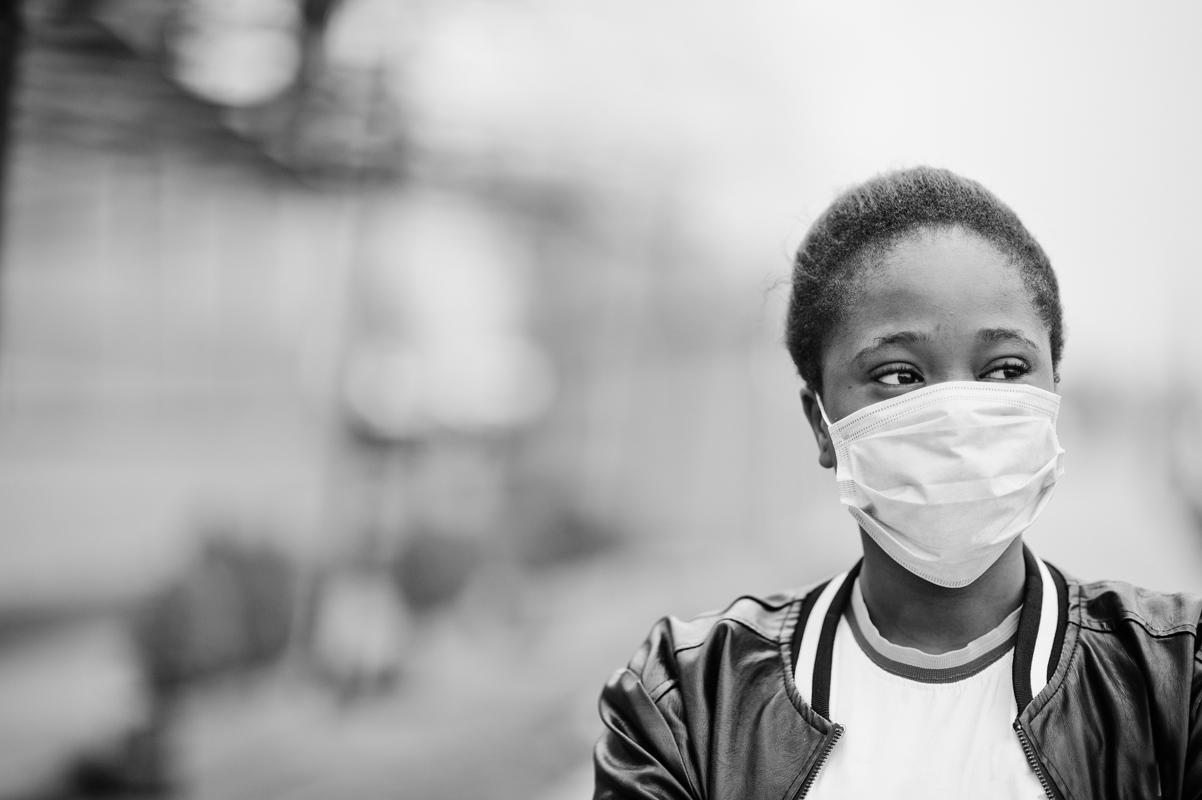 black woman wearing a mask during the coronavirus pandemic