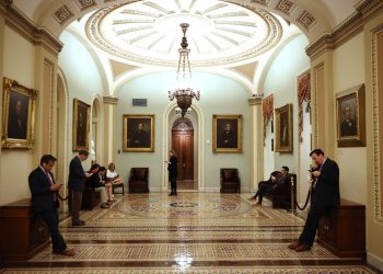 people stand in the hallways of congress waiting to meet with politicians and lobby them on local food and farming issues. (Photo by Chip Somodevilla/Getty Images)