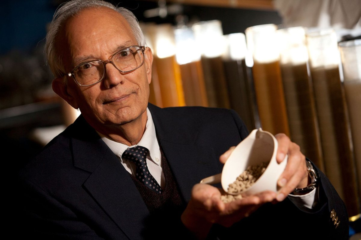 Dr Rattan Lal holding a cup of grain. Photo courtesy of the World Food Prize.
