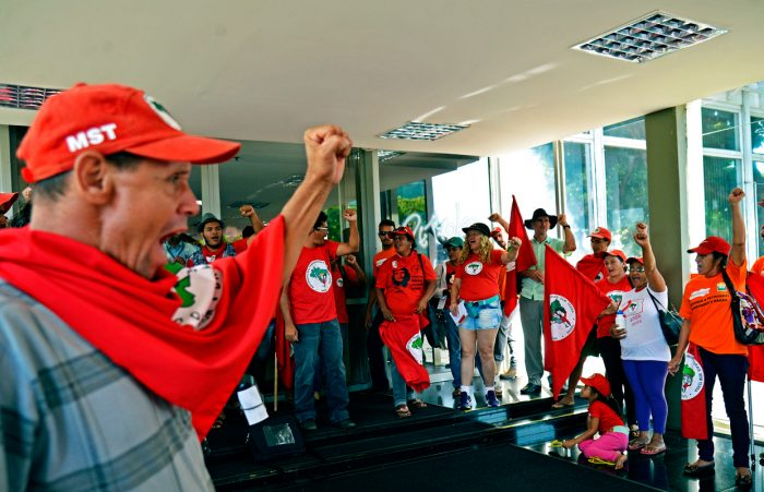 Members of the Landless Rural Workers' Movements protest in front of the Ministry of Mines and Energy (Photo credit: José Cruz / Agência Brasil)