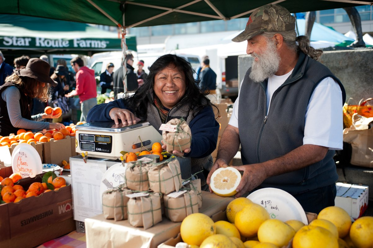 Rebecca and Tory Torosian selling their oroblanco grapefruit, which they were forced to abandon this summer. (Photo credit: CUESA/Gary Yost)